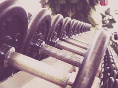 Cvičení doma, posilování, kulturistika – cvičte supersérie