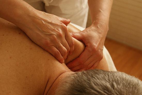 Jak se zbavit bolesti krku a zad? Cviky, které zaručeně pomůžou