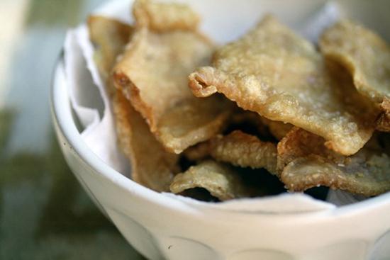 Chipsy z kuřecích kůžiček