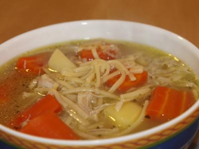 Rychlá kuřecí polévka s nudlemi a zeleninou