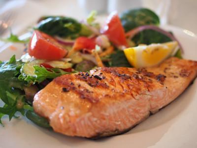 Smažený losos na olivovém oleji se zeleninovým salátem