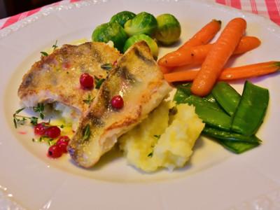 Candát s růžičkovou kapustou, mrkví a lusky