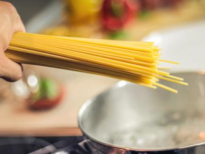 Jak správně vařit špagety a další těstoviny aby se neslepily?