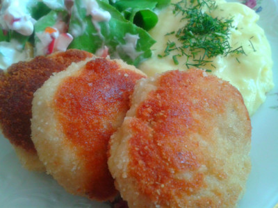 Kuřecí karbanátky se sýrem, zeleninou a bramborou kaší