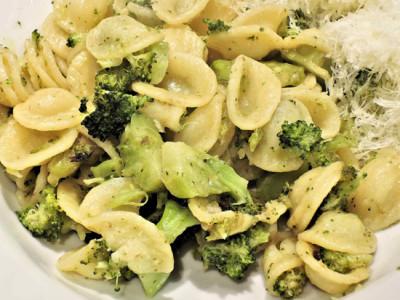 Těstoviny s brokolicí a omáčkou