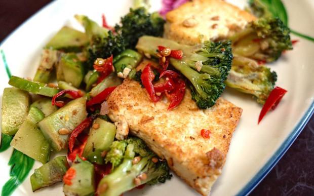 Zapečené tofu s brokolicí a paprikou