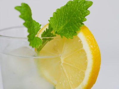 Čistá voda s citronem