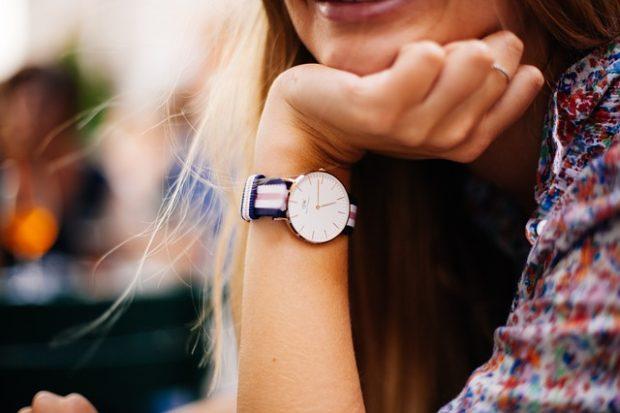 Stylové hodinky jsou ozdobou žen i mužů